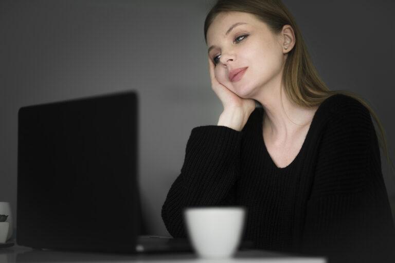 Na co zwrócić uwagę wybierając idealnego laptopa dorozmów online?